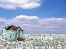 Una casa di concetto 3D su soldi Fotografie Stock Libere da Diritti
