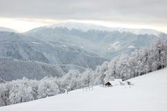 Una casa di esposizione nelle montagne immagini stock