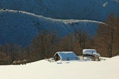 Una casa di esposizione nelle montagne fotografia stock libera da diritti