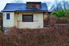 Una casa di estate sopra un fiume Immagine Stock Libera da Diritti