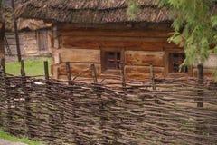 Una casa di legno degli oggetti d'antiquariato con i piccoli baldacchini e un tetto basso immagini stock