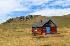 Una casa di legno in Mongolia fotografie stock