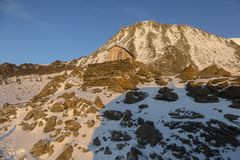 Una casa di legno nelle montagne al tramonto nelle alpi francesi Immagini Stock Libere da Diritti