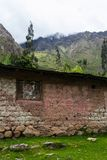 Una casa di pietra con una finestra erosa su Inca Trail a Machu Picchu Fotografia Stock Libera da Diritti