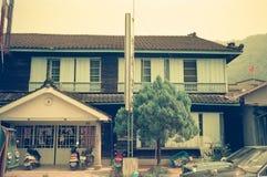 Una casa dilapidata accanto alla stazione di Jiji, città di Jiji, la contea di Nantou, Taiwan fotografia stock libera da diritti