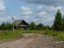 Una casa en pueblo abandonado en Midland de Rusia fotos de archivo
