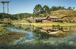 Una casa en una pequeña granja con el lago foto de archivo libre de regalías