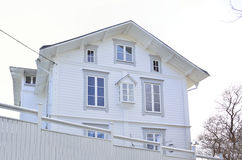 Una casa encantadora blanca en Vaxholm con el trabajo de pan de jengibre Imagenes de archivo