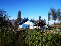 Una casa entre la granja Fotografía de archivo libre de regalías