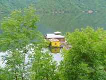Una casa flotante, presa Vacha, Bulgaria Foto de archivo