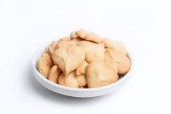 Una casa ha prodotto i biscotti di burro su bianco isolati Fotografie Stock