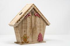 Una casa modelo de madera temática de los chirstmas, con el caramelo Caín, gingerbr imagen de archivo
