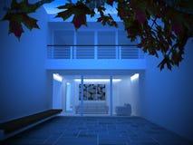 Una casa moderna alla notte Fotografie Stock Libere da Diritti