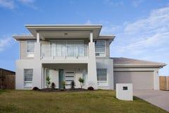 Una casa moderna dei due piani con un balcone Immagine Stock Libera da Diritti