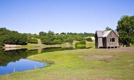 Una casa nella parte anteriore del lago Fotografie Stock Libere da Diritti