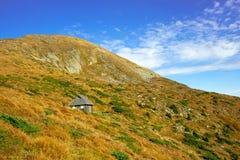 Una casa nelle montagne Immagini Stock