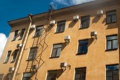 Una casa residencial típica en el centro con los acondicionadores de aire múltiples Fotografía de archivo