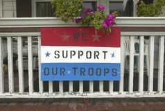Una casa rurale con supportiamo il nostro segno delle truppe Fotografia Stock Libera da Diritti