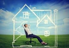 Una casa sicura Donna felice che gode del suo giorno in una nuova casa Immagini Stock Libere da Diritti