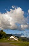 Una casa sola sulla montagna nelle nuvole Fotografie Stock