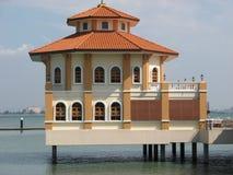 Una casa su acqua Immagini Stock