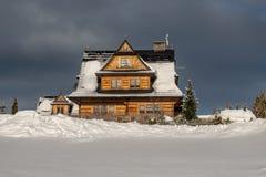 Una casa sull'orlo del villaggio appena prima la tempesta della neve fotografie stock