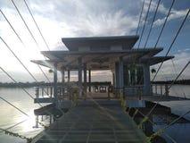 Una casa sulla penombra del lago immagini stock libere da diritti