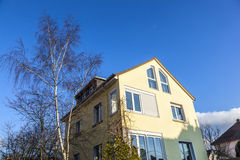 Una casa típica de la familia debajo del azul Imagen de archivo libre de regalías