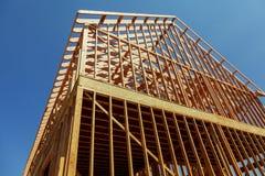 Una casa unifamiliare in costruzione La casa è stata incorniciata e coperto stata in compensato immagini stock