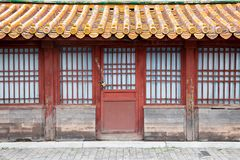 Una casa vieja con la puerta cerrada imágenes de archivo libres de regalías