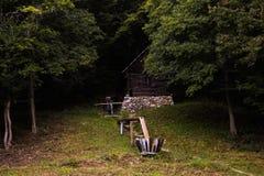 Una casa vieja simple en el bosque imagen de archivo libre de regalías