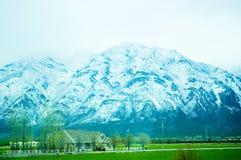 Una casa y una montaña en Utah Foto de archivo