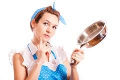 Una casalinga con una padella Fotografia Stock