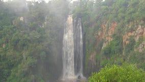 Una cascada africana grande, una niebla y un espray fino se alzan almacen de metraje de vídeo