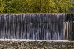 Una cascada artificial en el carril de la ciudad de Kiev imagen de archivo