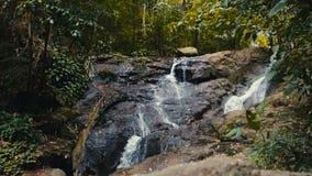 Una cascada de la montaña almacen de metraje de vídeo