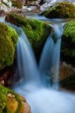 Una cascada de la secuencia de la montaña. imagen de archivo libre de regalías