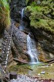 Una cascada en paraíso eslovaco Fotos de archivo libres de regalías