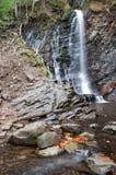 Una cascada en un río de la montaña fotografía de archivo