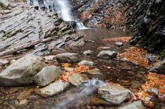 Una cascada en un río de la montaña foto de archivo