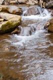 Una cascada en un río de la montaña imágenes de archivo libres de regalías