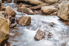 Una cascada en un río de la montaña fotografía de archivo libre de regalías