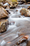 Una cascada en un río de la montaña imagen de archivo libre de regalías