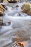 Una cascada en un río de la montaña imagenes de archivo