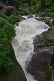 Una cascada en una corriente que atraviesa las montañas Himalayan, Uttarakhand, la India Imágenes de archivo libres de regalías
