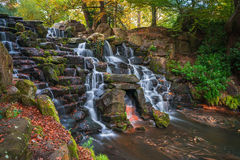 Una cascada en Virginia Water, Surrey Foto de archivo libre de regalías