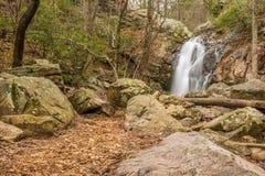Una cascada fluye después de una lluvia en un barranco ocultado en una montaña fotografía de archivo libre de regalías