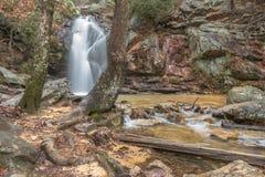 Una cascada fluye después de una lluvia en un barranco ocultado en una montaña Fotografía de archivo