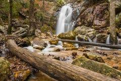 Una cascada fluye después de una lluvia en un barranco ocultado en una montaña fotos de archivo