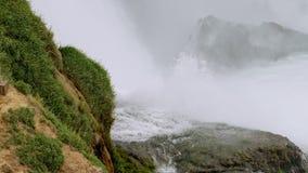 Una cascada grande de la montaña almacen de metraje de vídeo